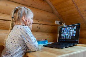 带笔记本电脑的照片女孩